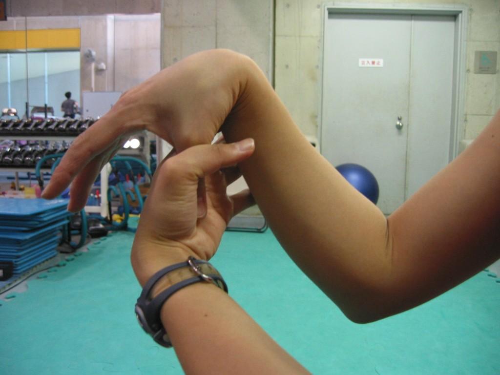 拇指が前腕部につく